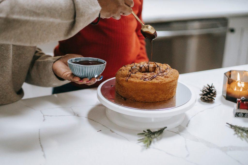 personne qui décore un gâteau